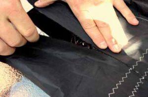 Vnitřní stranu trhliny podlepte samolepící páskou Dacron